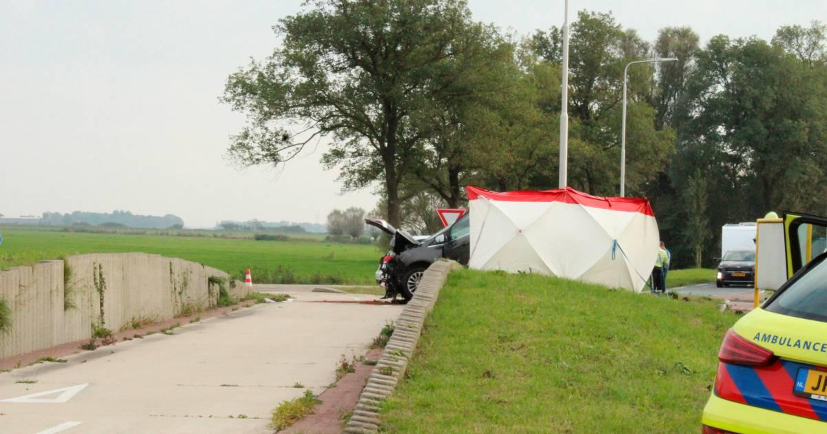 Dode en drie gewonden door verkeersongeluk in Sneek.