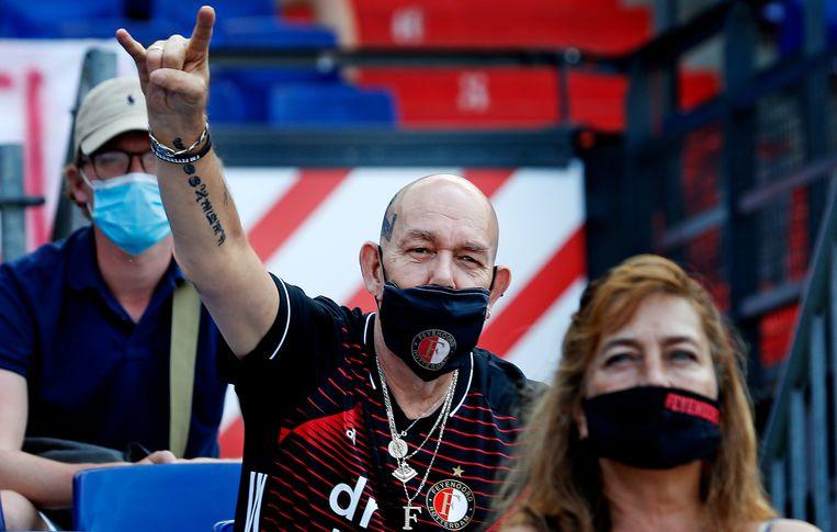 Feyenoord-fans met mondkapje bij het oefenduel met Sparta. Beeld Pim  Ras Fotografie