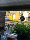 De politie nadert het huis van de verdacht om onderzoek te doen
