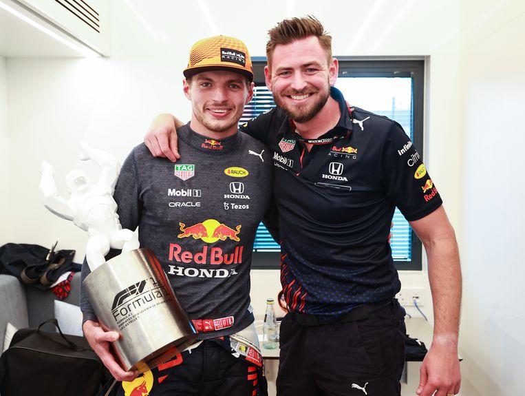 Max Verstappen (links) met Bradley Scanes, na de winst in de Grand Prix van Frankrijk in juni. Beeld Getty