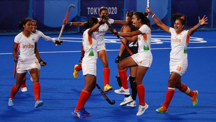Hockeysters van India vieren de 1-0 tegen Argentinië.