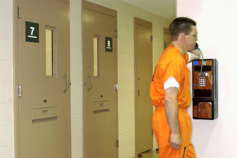Uitstervend verschijnsel: een gedetineerde die gebruikmaakt van een betaaltelefoon. Beeld Thinkstock