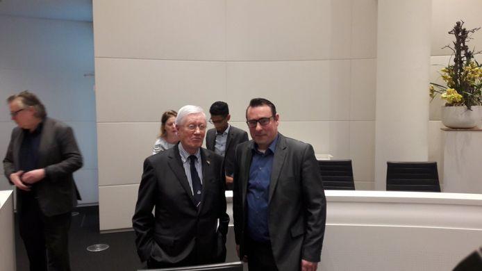 Hans Wiegel en Richard de Mos poseren in de raadzaal.