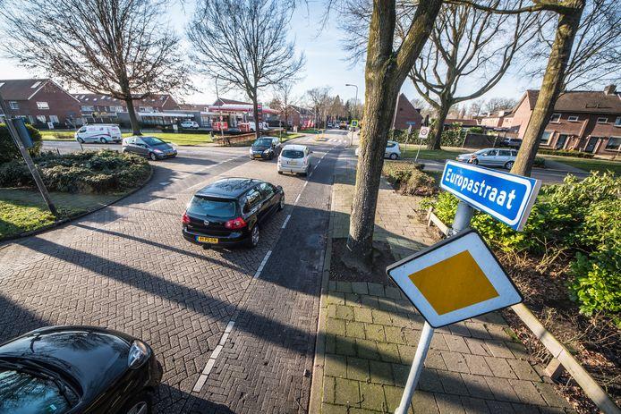 TT-2020-000281-Borne Europastraat gaat op de schop foto ter hoogte kruising Wensinkstraat met links AVIA tankstation editie:Hengelo Foto Reinier van Willigen RVW20200116