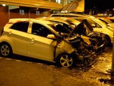 Twee auto's zwaar beschadigd door brand in Breda, derde heeft gesmolten bumper en koplamp