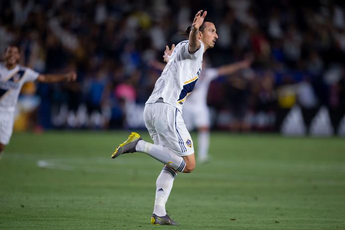 Zlatan Ibrahimovic juicht nadat hij zijn ploeg op voorsprong heeft gezet.