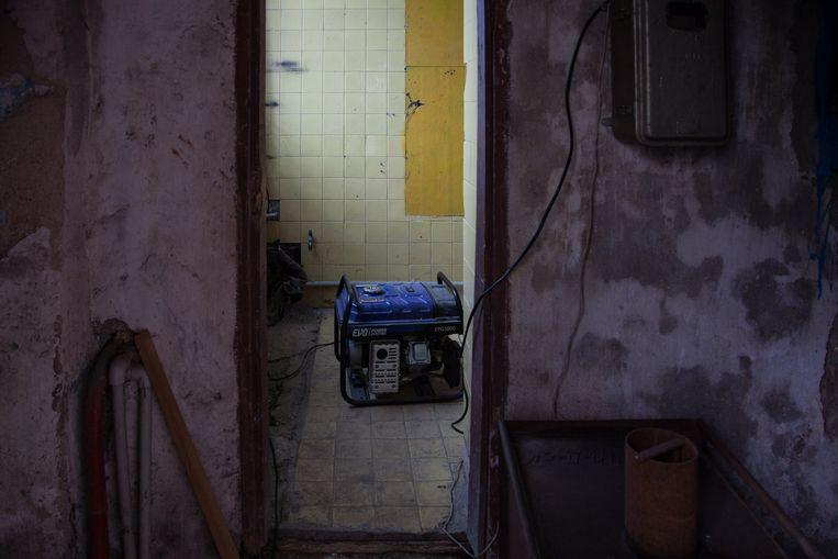 In de kelder van het gekraakte weeshuis is een oude generator van een genereuze buurtbewoner geïnstalleerd. De bewoners van Fontanka kunnen zo iedere avond een paar uur elektriciteit opwekken, als ze de benzine kunnen betalen. Beeld ©Bernd Fink/The Caravan's Journal
