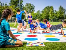Tientallen kinderen wagen zich aan twister, karate en  volleybal op buitenspeeldag: 'Blije gezichtjes'