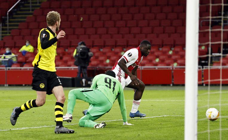 Invaller Brian Brobbey maakt de derde treffer van Ajax. Doelman Faivre is al verslagen.  Beeld EPA