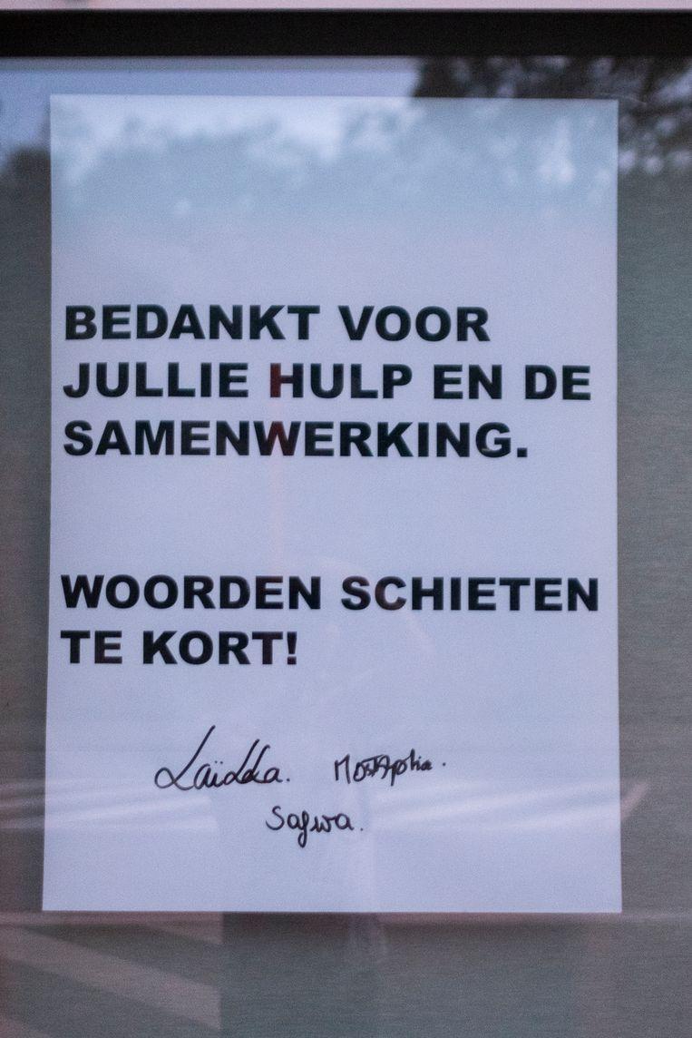 De familie van de teruggevonden Ilias bedankt iedereen om mee te helpen met deze poster aan het raam. Beeld Klaas De Scheirder