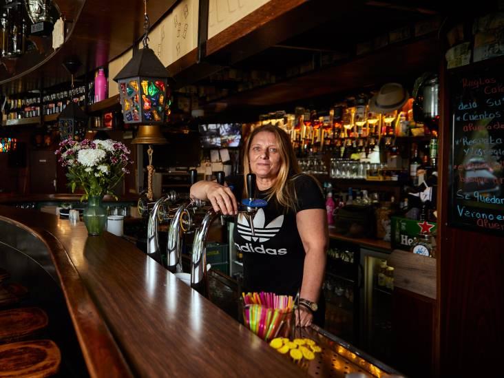 Isabel (48) regeert met harde hand café Bellevue: 'Wij vrouwen moeten van ons afbijten'