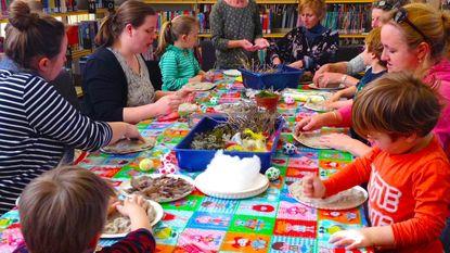Kinderen genieten van voorleesmoment in bib