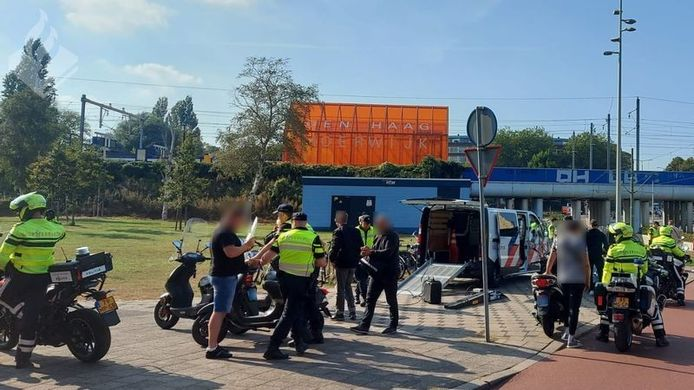 Politieteam Laak heeft woensdagmiddag en -avond, 22 september, samen met het handhavingsteam van de gemeente een verkeersactie gehouden in Spoorwijk.