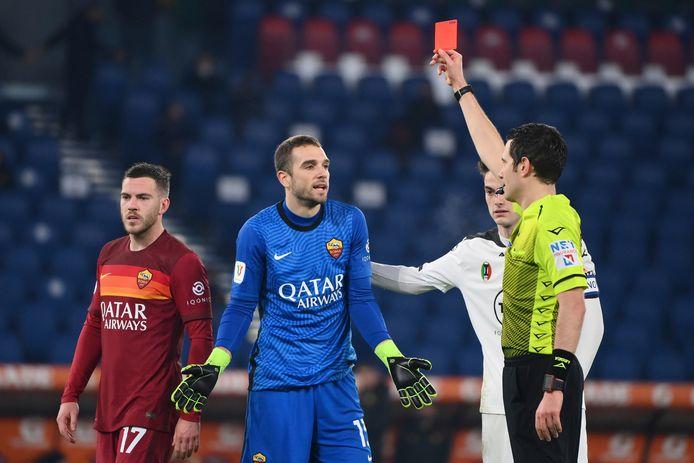 Pau Lopez ontvangt de rode kaart.