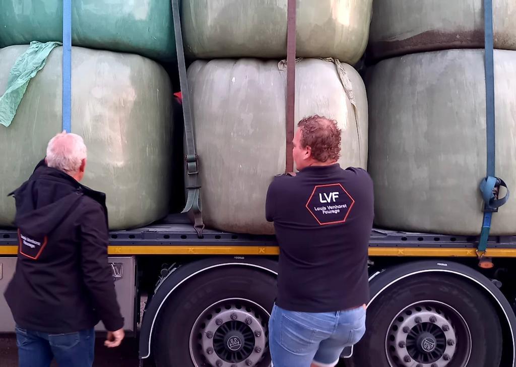 Het droogvoer en stro ging met acht vrachtwagens naar het zuiden toe