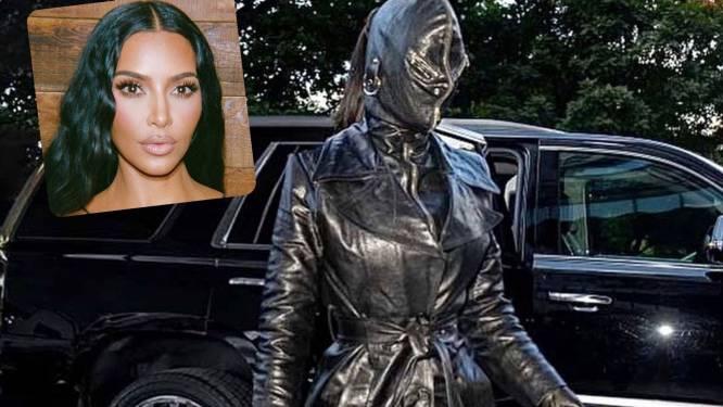 Kim Kardashian en cuir de la tête aux pieds
