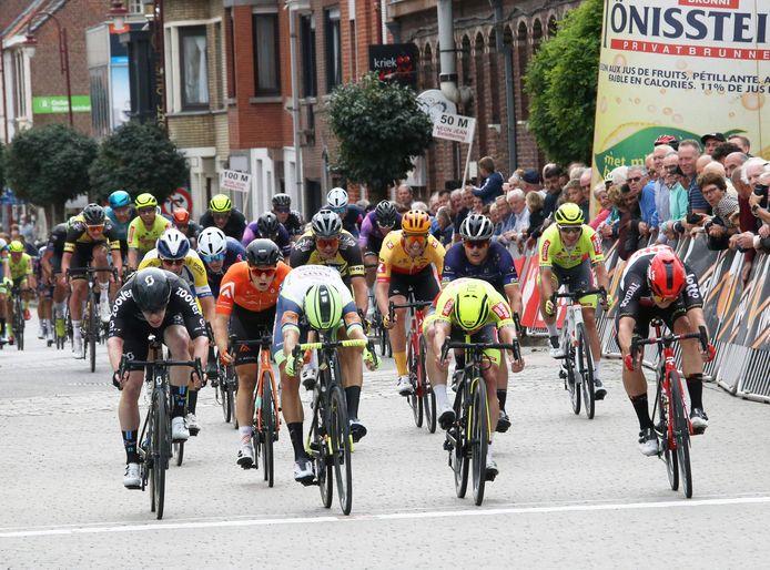 In de sprint om de tweede plaats legde Timothy Dupont (tweede van rechts) nipt de duimen voor Danny Van Poppel en Gerben Thijssen (uiterst rechts).