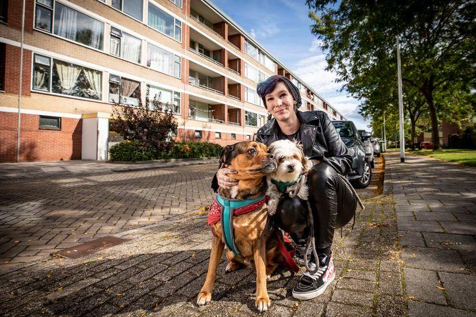 Bewoonster Silvia Put met haar twee honden Demon en Ambika. Ze staat achter de renovatieplannen en kijkt uit naar een andere woning.