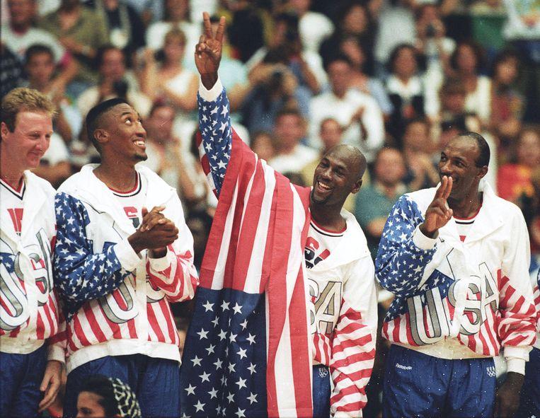 Larry Bird, Scottie Pippen, Michael Jordan en Clyde Drexler na goud op de Olympische Spelen van 1992 in Barcelona met het Amerikaanse nationale team.