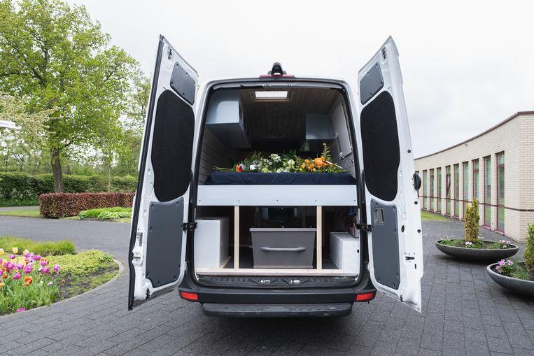 In de opgeknapte witte Mercedes-bus, waaraan Imko de laatste maanden hard had gewerkt, bracht zijn familie hem naar het crematorium. Beeld Familie-archief