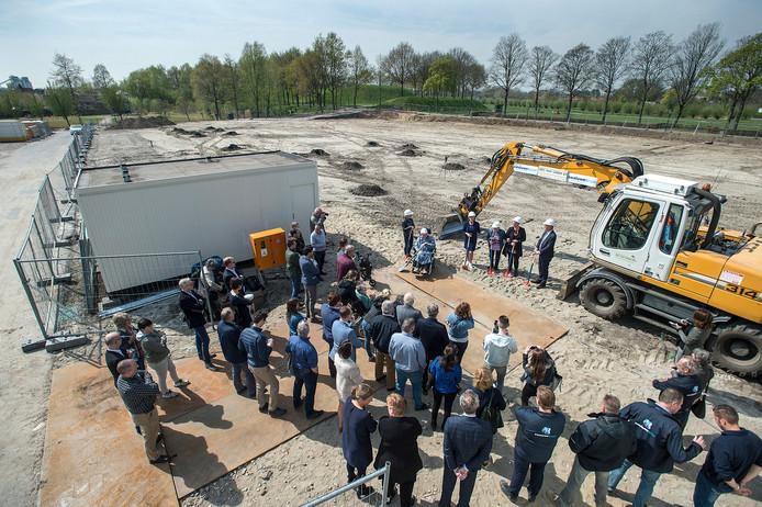 GEERTRUIDENBERG Met een eerste schep zand door medewerkers en klienten wordt gestart met bouw van groot zorgcentrum Riethorst