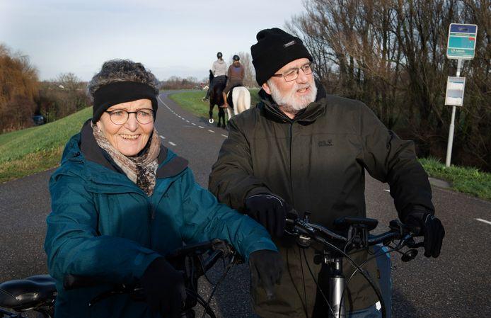Truus en Theo de Haas op de Waalbandijk bij Ophemert, na het bezoek aan hun jarige kleinzoon.