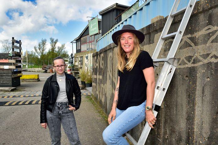 Suzanne Glasbergen (rechts) en Lana Markus willen hun ervaringen delen met jongeren en op die manier taboes doorbreken.