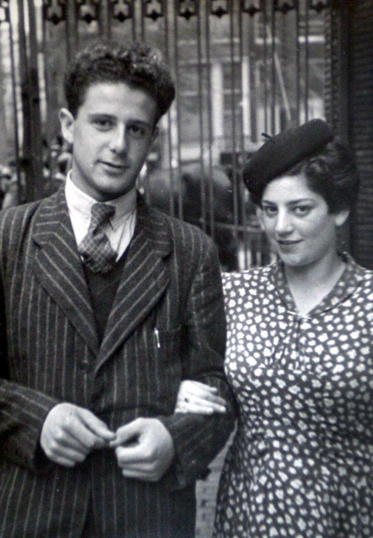 Trouwfoto van Eli Asser en Eefje Croiset, 12 september 1945, Amsterdam. Beeld Hollandse Hoogte / Novum RegioFoto
