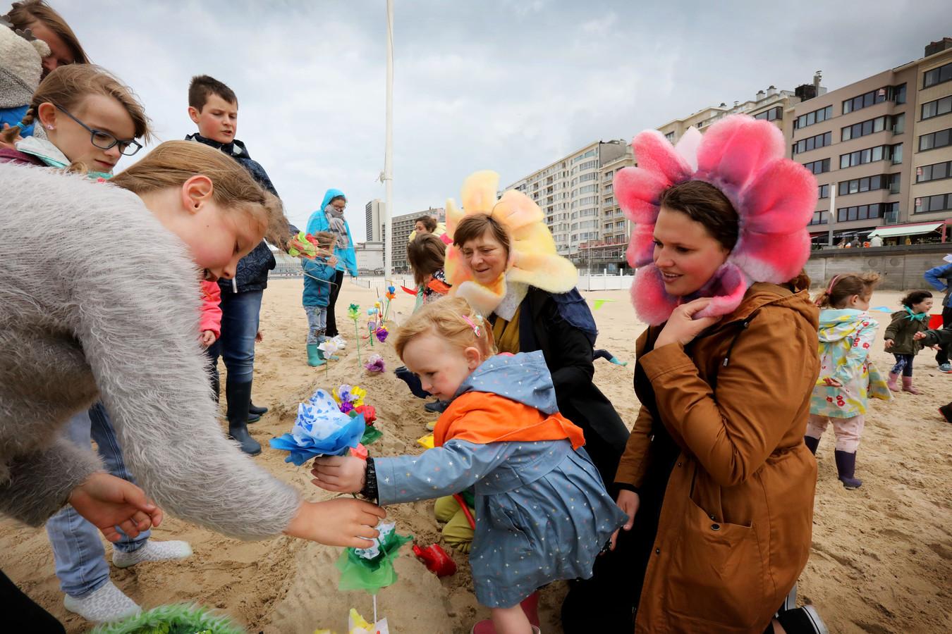 """Kinderen spelen met strandbloemen. """"Wat zou een kind in het binnenland eigenlijk allemaal doen met zijn of haar tijd?"""""""