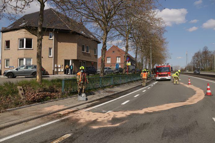 De brandweer kwam de weg proper maken.