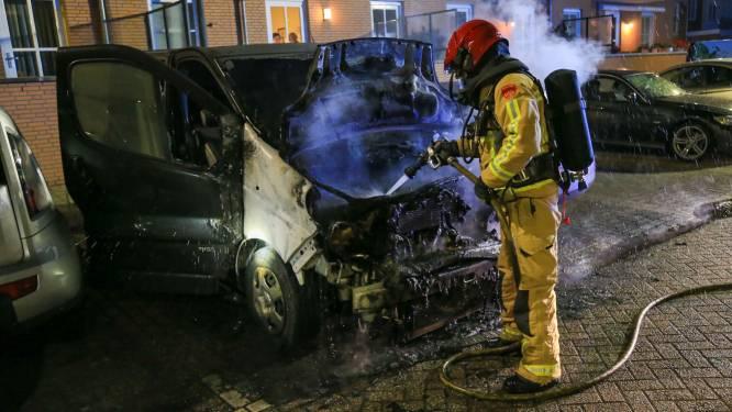 Schade aan drie voertuigen door brand in busje in Helmond