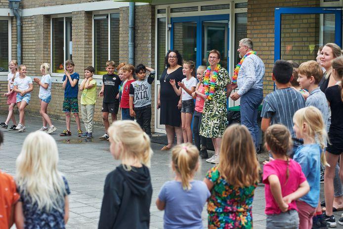 Juf Sjan werd op het schoolplein toegezongen door de kinderen van  bs. de Kreek'l in Reek.