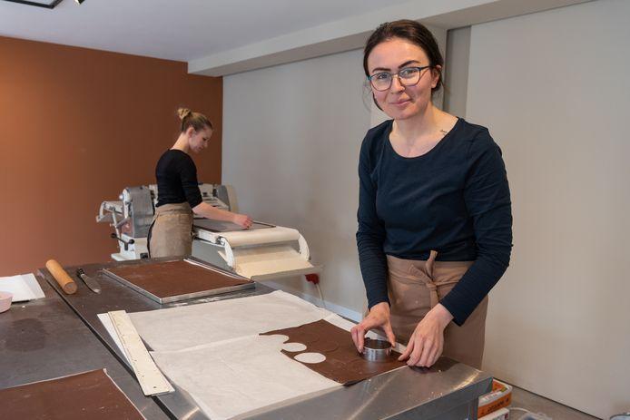 Anna Yilmaz aan het bakken in haar eigen zaak.