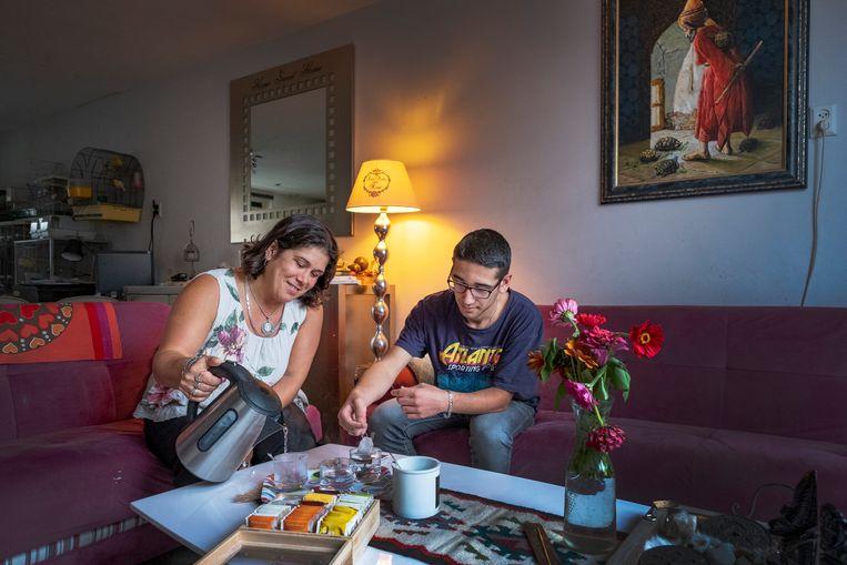 Asuman Elcik-Özlen wil niet dat haar zoon Alperen geld leent voor zijn studie.  Beeld Patrick Post