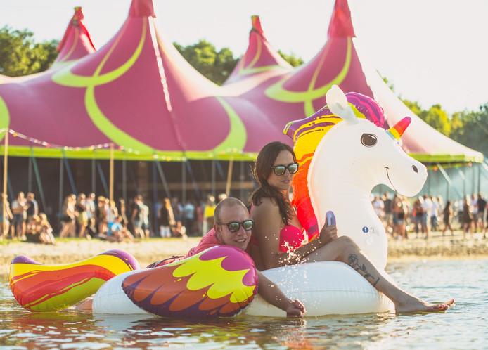Beeld van de eerste editie van het Veldtrip Festival aan de Wijthmenerplas in Zwolle.