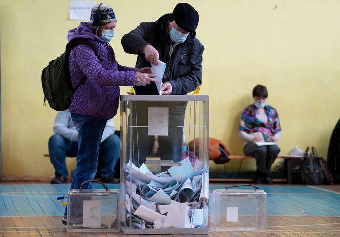 Enkele Russen brengen hun stem uit in Sint-Petersburg.