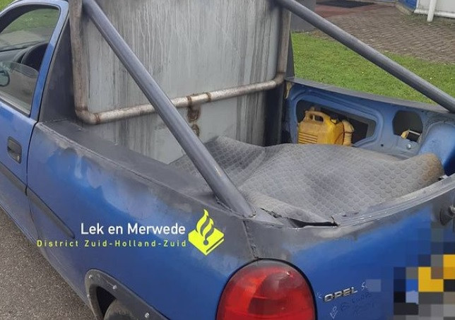 De 'verbouwde' Opel Corsa trok de aandacht van de politie.