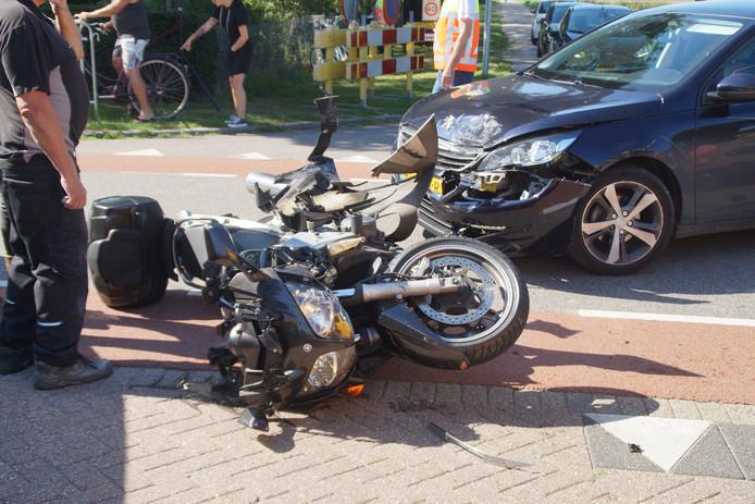 Een automobilist reed vlak voor de wielerronde een motorrijder aan die ten val kwam en naar het ziekenhuis moest worden gebracht