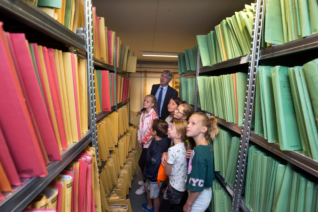 Kinderen snuffelen aan het beroep van notaris tijdens een eerder gehouden Roefeldag.