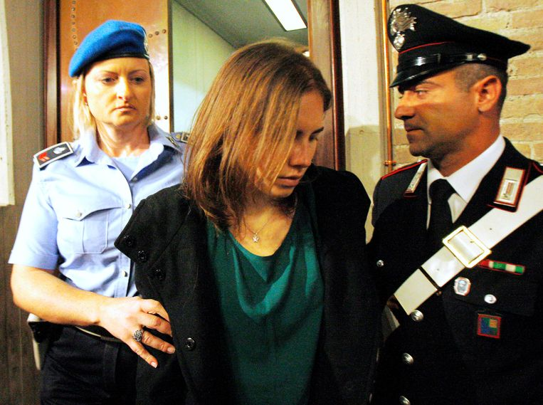 Amanda Knox, center, is escorted as she arrives for an appeal hearing at the Perugia court, central Italy, Monday, Oct. 3, 2011. The 24-year-old Knox looked tense as she entered a packed courthouse. She is expected to address the court in a final plea of her innocence. A verdict is expected later Monday. (AP Photo/Antonio Calanni) Beeld AP