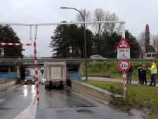 Vrachtwagen vernielt waarschuwingsbalk van berucht viaduct in Waalwijk