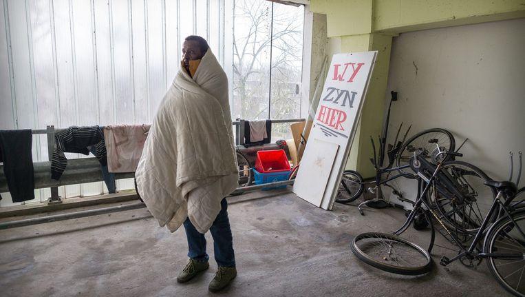 Een van de uitgeprocedeerde asielzoekers in de Vluchtgarage in Amsterdam-Zuidoost. Beeld Rink Hof