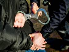 Drie Enschedeërs gearresteerd na vondst van partij drugs en wapens in bedrijfspand