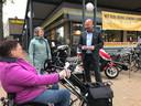 De vele 'wild geparkeerde' fietsen in de omgeving van het Moleneindplein zijn een crime voor rolstoelers en blinden en slechtzienden.