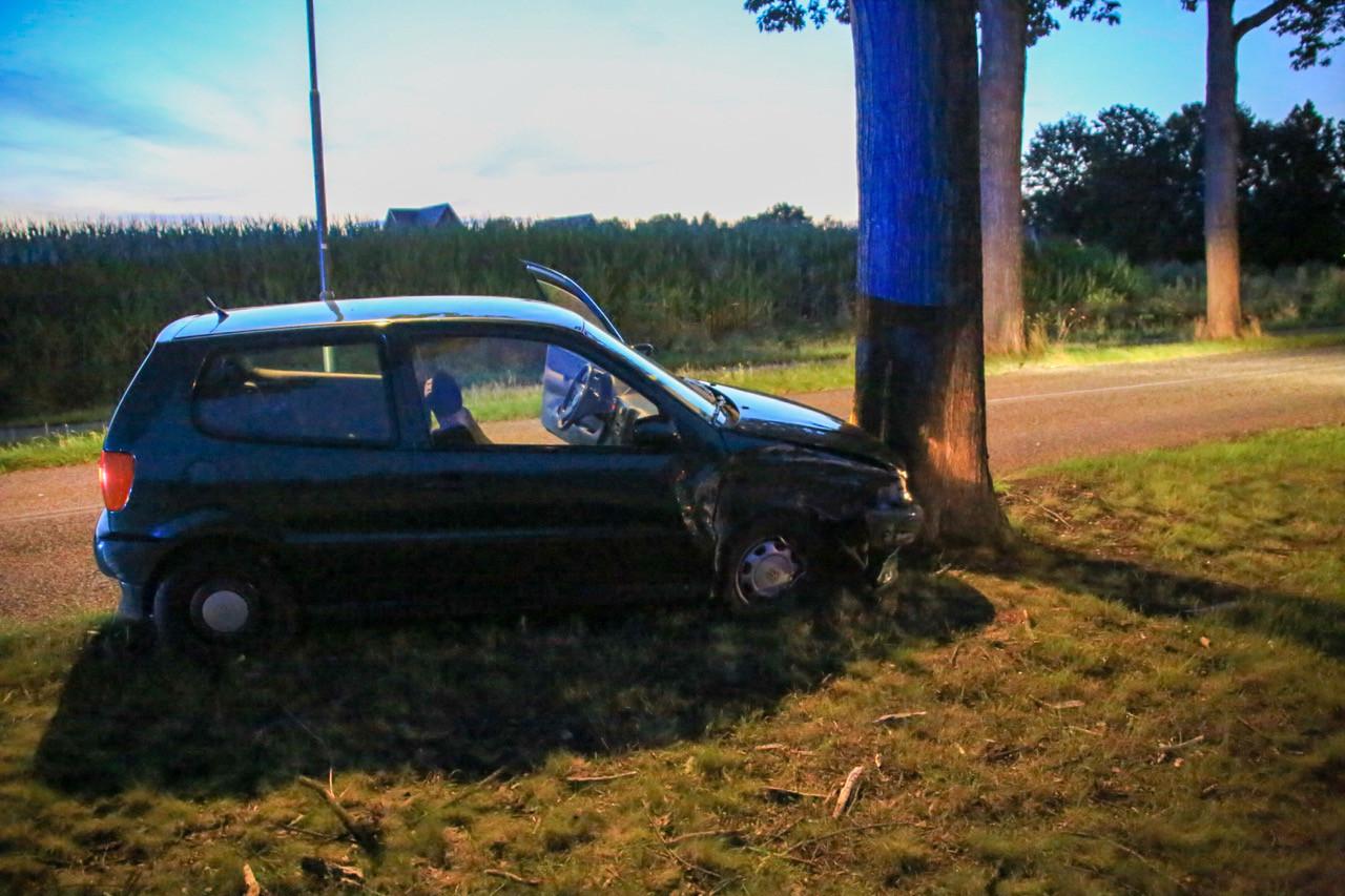 Auto tegen boom aan de Lodderdijk in Gemert.