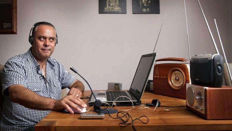 Henk Stooter speurt radiosignalen af op gesproken boodschappen van overledenen. ©Jorgen Caris Beeld