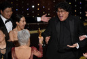 Bong Joon-ho krijgt de Oscar voor Beste Film uitgereikt door Jane Fonda.
