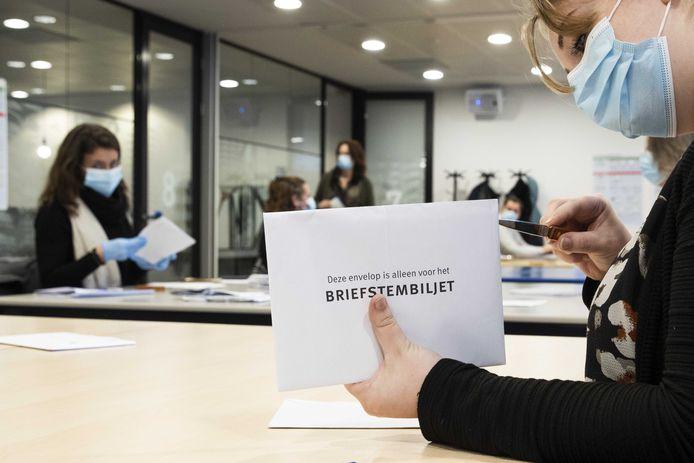In het stadskantoor in Zwolle worden de briefstemmen verwerkt die per post zijn binnengekomen.