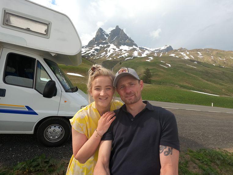 Joline Salari (27) en Pascal Niessen (30) bij hun camper in de Dolomieten, Italië. Beeld