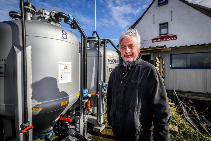 Schepen Marc Deprez (Idee Diksmuide) vorig jaar bij de zuiveringsinstallatie die de amfetamines uit het water moet filteren.
